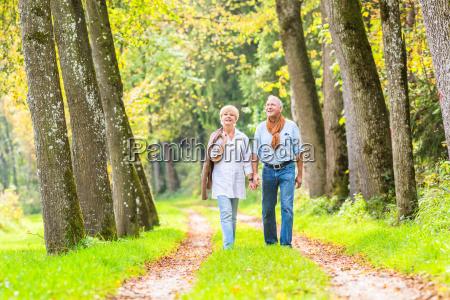 senior mand og kvinde holder hinanden