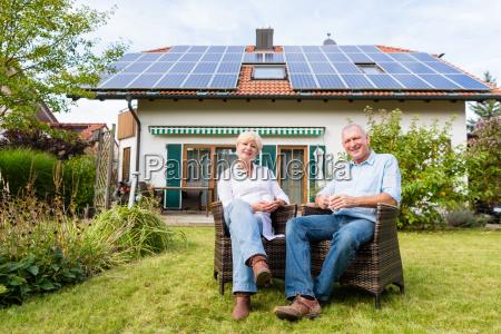 senior mand og kvinde sidder uden