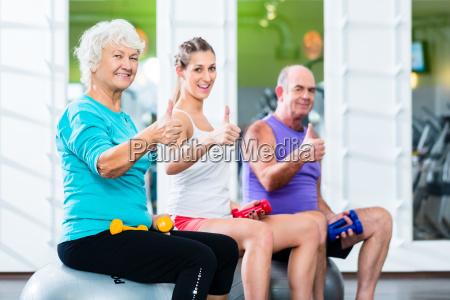 seniorer og traenere med handvaegte i