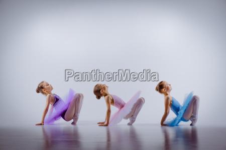tre sma ballet piger sidder i