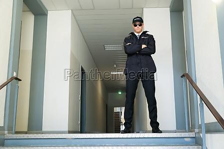 sikkerhedsvagt staende ved indgangen