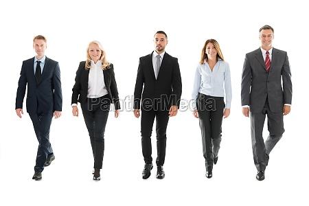 selvsikker forretningsfolk ga imod hvid baggrund