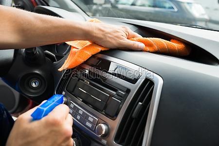 mandlig arbejder rengoring bil dashboard