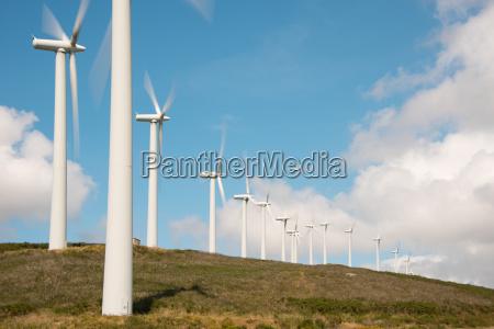 vind hjul i vindmollepark pa bjergkaeden