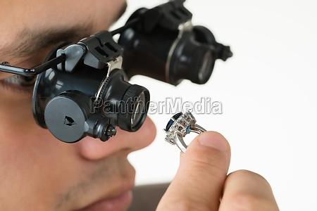 guldsmed undersogelse diamond ring med magnifying