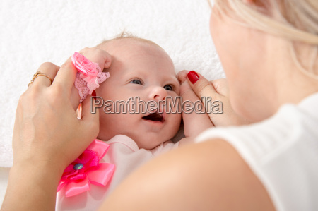 mor tog handtagene af baby pige