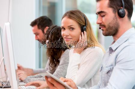 ung attraktiv kvinde der arbejder i