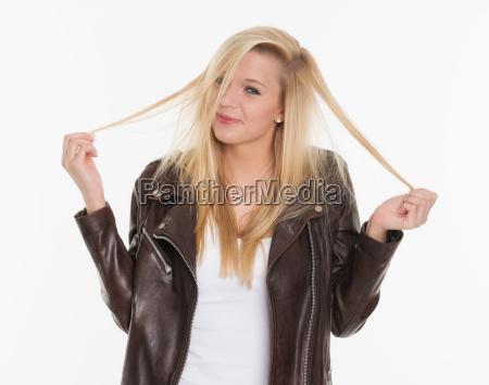 unge blonde pige leger med hendes