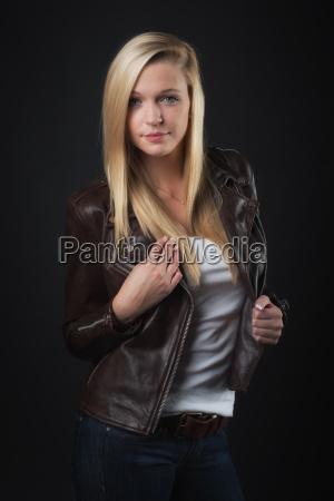 ung blond pige i laederjakke