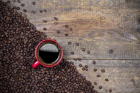 kaffebonner og rod kaffekop