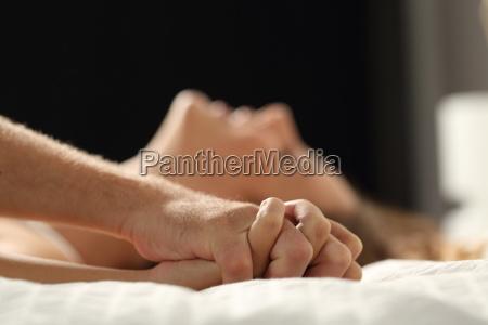paar sex auf einem bett zu