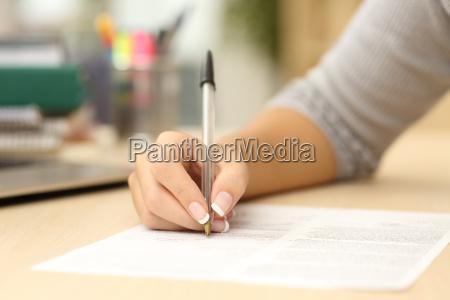 kvinde hand skriftligt eller signering i