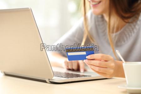 kvinde kober online med kreditkort