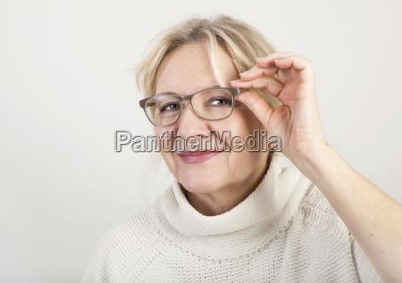 kvinde fnise smiler ansigt portraet ojne