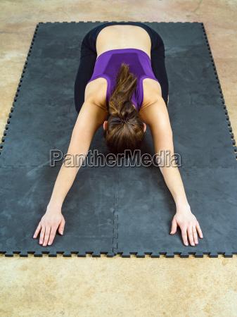 kvinde gor barnets positur yoga position