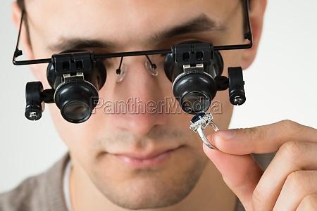 juveler undersoge diamant ring med forstorrelsesglas