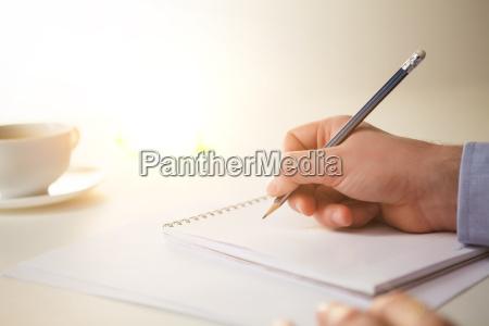 den mandlige hand med en blyant