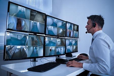 sikkerheds system operator kigger pa cctv