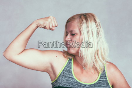 staerke muskulose sporty kvinde bojning biceps