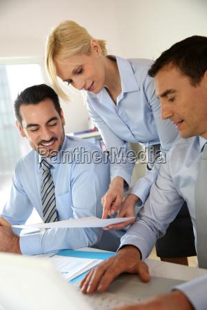 kvinde kontor fnise smiler maend mand