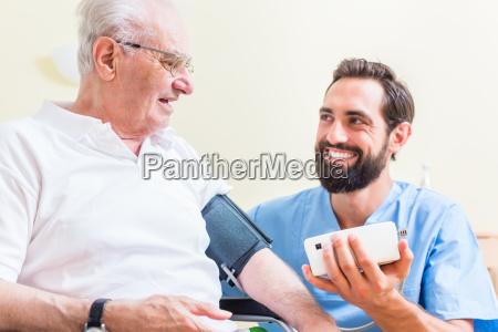 senior mand og aeldrepleje medarbejder i