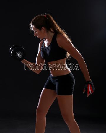 ung kvinde gor motion med handvaegte