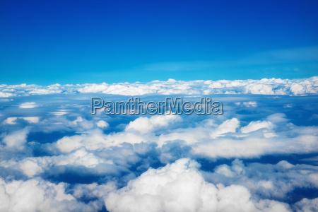 over skyerne