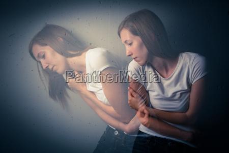 ung kvinde der lider af en