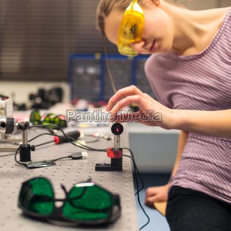 female videnskabsmand udforer forskning eksperimenter i
