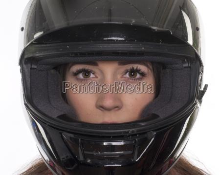 ung kvinde med motorcykel hjelm i