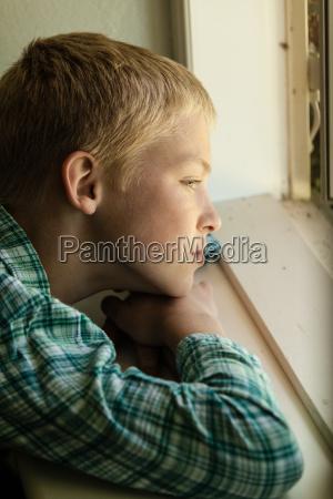 barn med trist udtryk sidder i