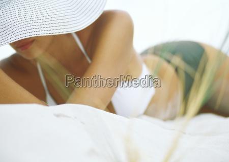 kvinde liggende pa sand ifort bikini