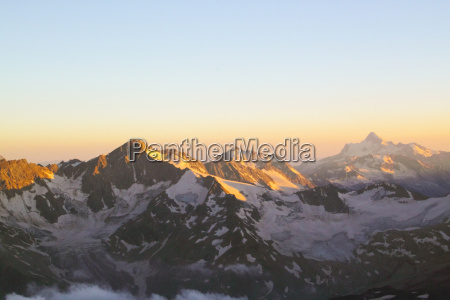 panorama af bjergtoppe i den indstilling