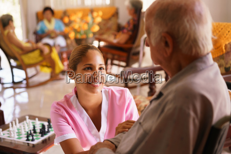 hospice sygeplejerske hjaelper aeldre mand pa