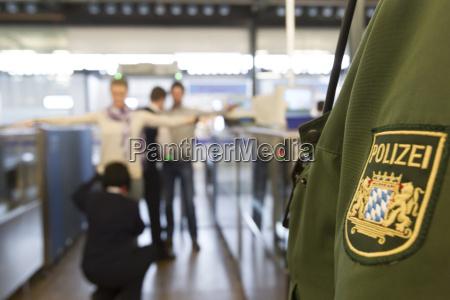 sikkerhedstjek i lufthavnen
