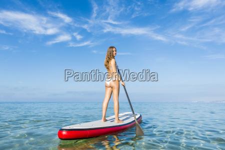kvinde slapper af over et paddle