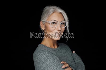 portraet af smilende kvinde ifort briller