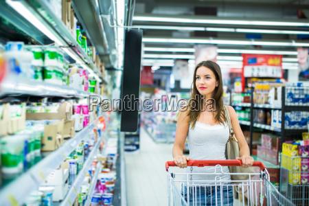 smuk ung kvinde shopping i en
