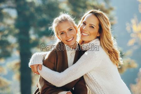 portraet af glade mor og voksne