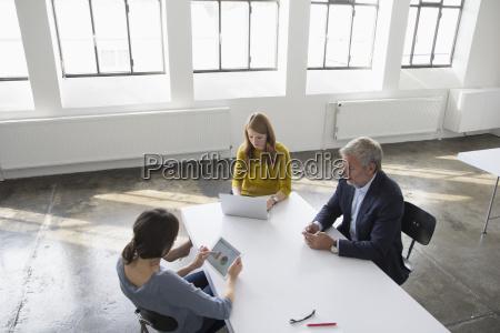 forretningsmand og to kvinder i modelokalet
