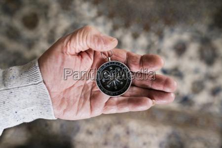 hand af senior man holding kompas