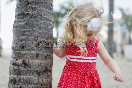 pige med harband pa palme trunk