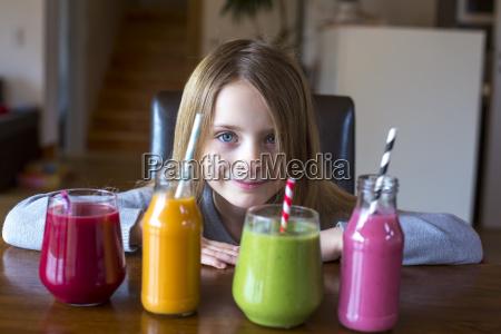 portraet af smilende pige der sad