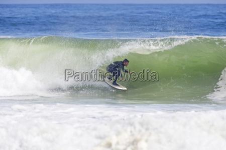 surfer rider kurven af store bolge