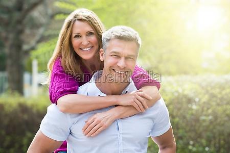 portraet af lykkelige par