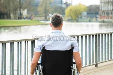 bageste visning af handicappet mand pa