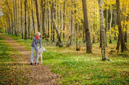 kvinde med hund ga i birke