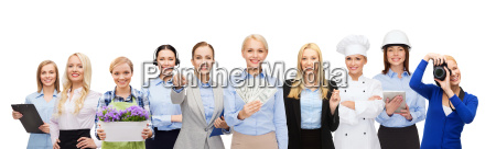 kvinde med penge over professionelle arbejdstagere