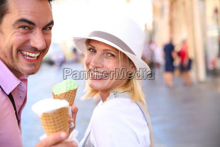 munter, par, i, rom, spiser, iskegler - 17802914