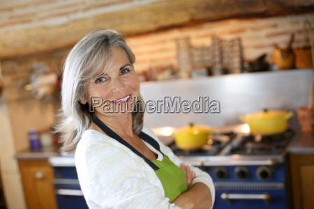 portraet af senior kvinde i hjemmet